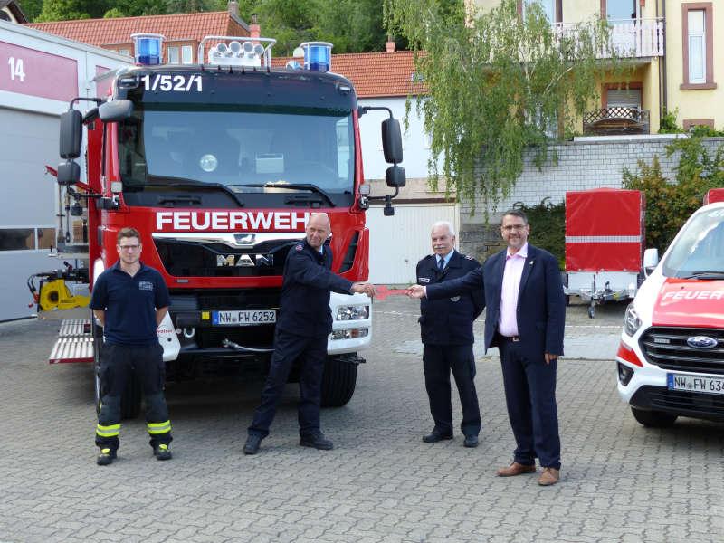 Übergabe des symbolischen Schlüssels an die Feuerwehr (Foto: Feuerwehr Neustadt)