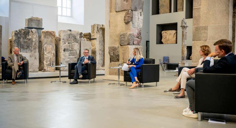 Talkrunde in der Lobby der Steinhalle des Mainzer Landesmuseums (Foto: Landtag Rheinland-Pfalz/Torsten Silz)