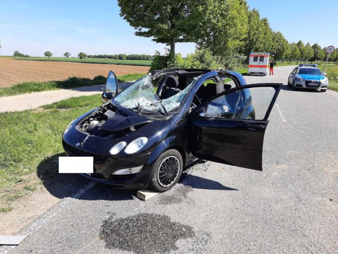 Der PKW nach der Trennung vom Traktor (Foto: Feuerwehr Haßloch)