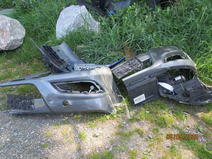 Wer kann Angaben zur Herkunft der bei Schönbach im Feld entsorgten Fahrzeugteile machen? -3-