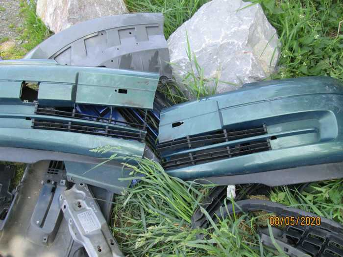 Wer kann Angaben zur Herkunft der bei Schönbach im Feld entsorgten Fahrzeugteile machen? -4-