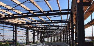 Die zur Landesgartenschau im Süden der Stadt Landau errichtete Brücke wird gerne von Radfahrerinnen und Radfahrern genutzt. Die städtische Mobilitätsabteilung geht davon aus, dass die geplante Bahnhofsbrücke von noch größerer Bedeutung für den Radverkehr sein wird. (Quelle: Stadt Landau)