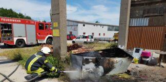 Ein ausgemusterter Kühlschrank brannte (Foto: Feuerwehr Neustadt)