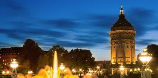 Ab 17. Juni sprudeln die Wasserspiele am Friedrichsplatz wieder in voller Pracht. Die neuen LED-Strahler können die Fontänen jetzt noch farbiger beleuchten. (Foto: MVV)