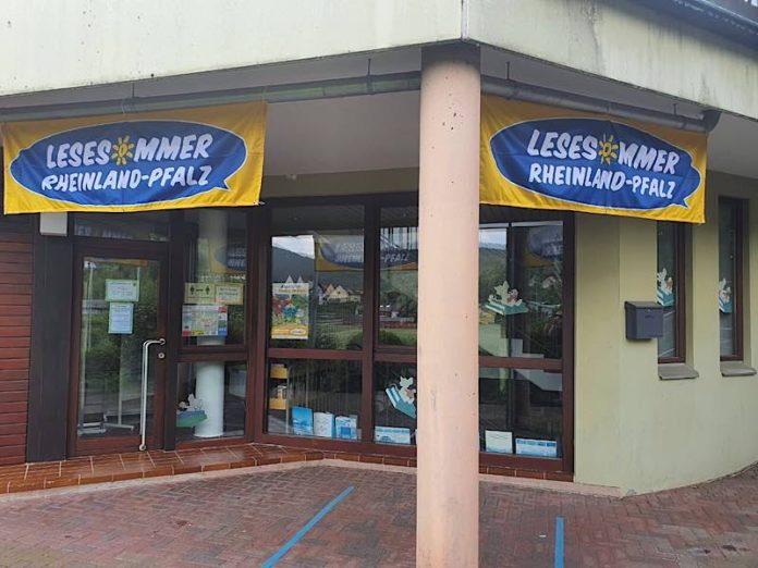 Die Lesesommer-Banner vor dem Diebstahl (Foto: Holger Knecht)