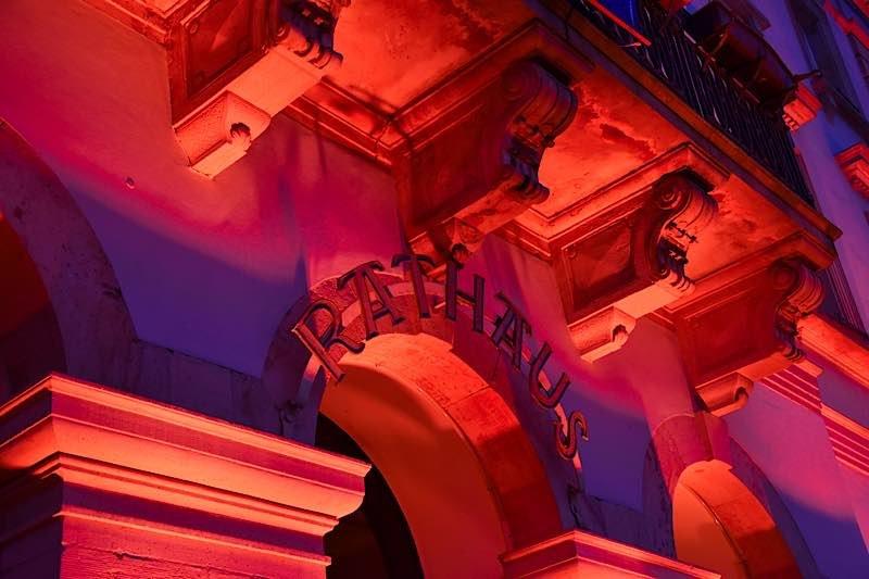 """Auch das Landauer Rathaus wird bei der """"Night of Light"""" von Montag, 22. Juni, bis Dienstag, 23. Juni, in rotem Licht erstrahlen. (Quelle: Stadt Landau in der Pfalz)"""