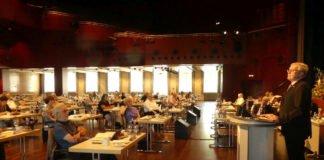 Bezirkstagssitzung im Saalbau von Neustadt: coronabedingte Sitzordnung – Bezirkstagsvorsitzender Theo Wieder am Rednerpult (Foto: Bezirksverband Pfalz)