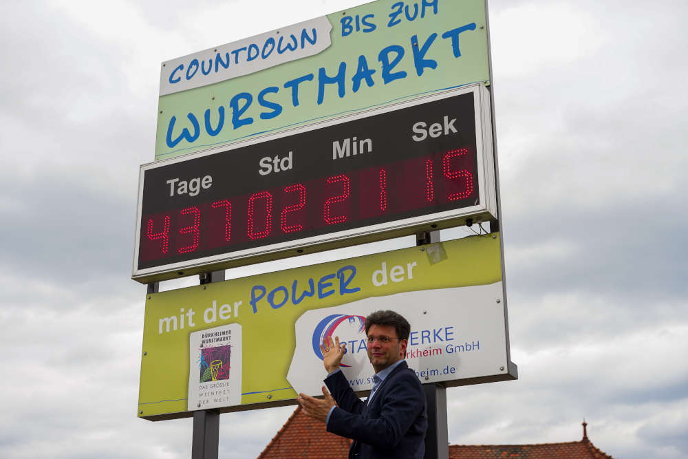 Bürgermeister Christoph Glogger vor dem Wurstmarktcountdown, der heute auf den Wurstmarkt 2021 eingestellt wurde. (Foto: Stadtverwaltung Bad Dürkheim)