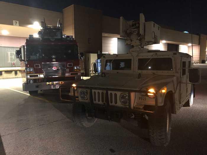 """Hier schützt die Nationalgarde eine Feuerwache, damit die """"Kollegen ihrer Arbeit in Ruhe machen können"""", schreibt die Nationalgarde"""
