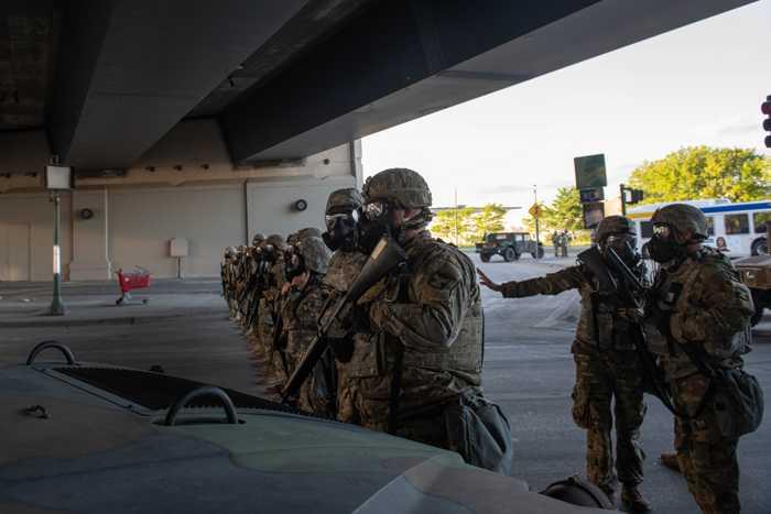 Schwere Ausrüstung und Bewaffnung. Der Kommandeur der Nationalgarde Jenson lässt keinen Zweifel an der Entschlossenheit seiner Truppe aufkommen