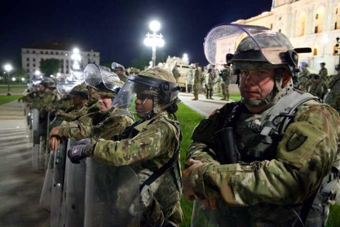 Nationalgarde im Einsatz gegen Plünderer und Mörder