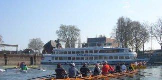 Ein Ruder-Achter im Karlsruher Rheinhafen (Foto: Hannes Blank)