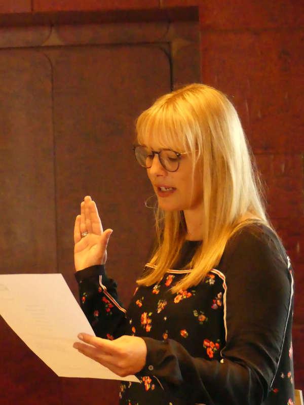 Legt den Amtseid ab: die neue Direktorin der Zentralverwaltung, Katja Kölzer (Foto: Bezirksverband Pfalz)