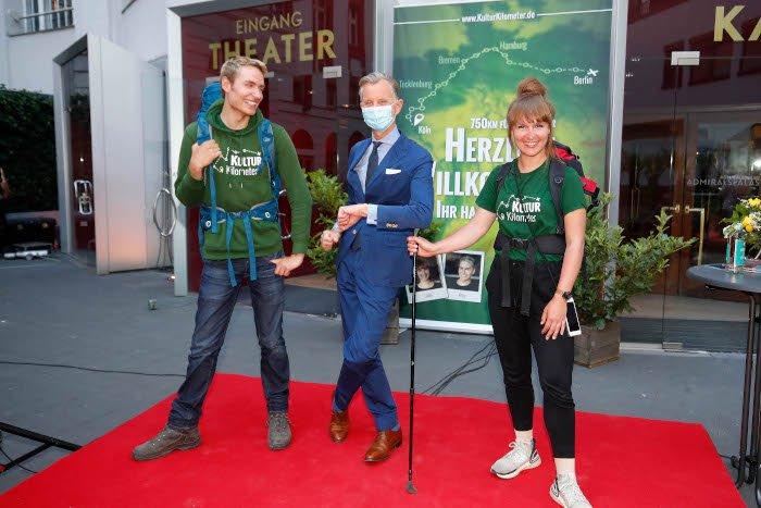 Meik Gudermann und Laura Kuhlen werden von Max Raabe begrüßt (Foto: DAVIDS/Sven Darmer)