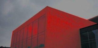 Der Pfalzbau in Rot (Foto: Hannes Blank, Bearbeitung Metropolnews)