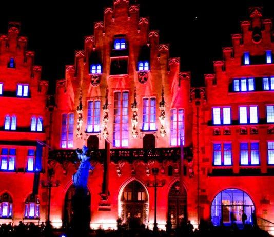 """Der rot illuminierte """"Römer"""" in Frankfurt am Main (Foto: Frank Wagner - stock.adobe.com)"""