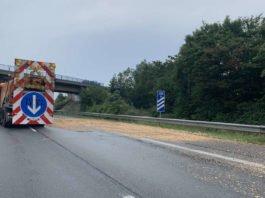 Die verschmutzte Fahrbahn musste gereinigt werden (Foto: Polizei RLP)