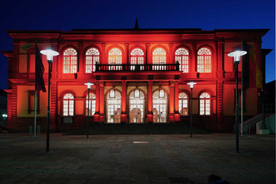 Der rot illuminierte Saalbau (Foto: Holger Knecht)