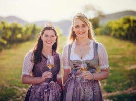 Weinprinzessinnen Südliche_Weinstrasse_2019-2020 Daniela und Eva (Foto: JackSenn, Bildarchiv Südliche Weinstraße e.V.)