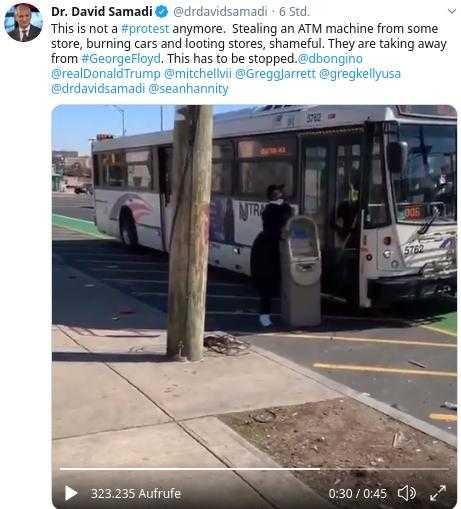 Ein Plünderer versucht mit einem Geldterminal vergeblich in einen Bus einzusteigen - Quelle Twitter Dr.David Samadi