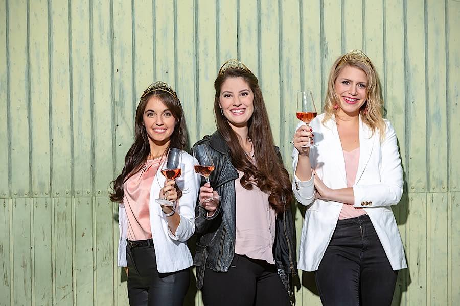Deutsche Weinprinzessin Carolin Hillenbrand, Deutsche Weinkönigin Angelina Vogt, Deutsche Weinprinzessin Julia Sophie Böcklen. (Foto: Pfalzwein e.V.)