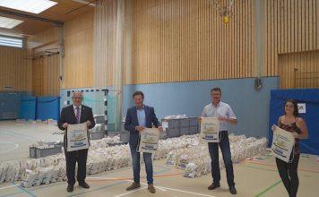 Landrat Ihlenfeld, Geschäftsführer Michael Schläfer, Rolf Kley und Anna Krauß, die die Schulbuchausleihe organisiert. (Foto: Kreisverwaltung Bad Dürkheim)