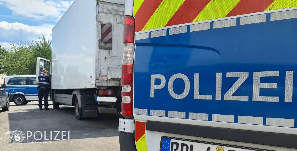 Dem Lkw des beauftragten Umzugsunternehmens wurde die Weiterfahrt untersagt (Foto: Polizei RLP)