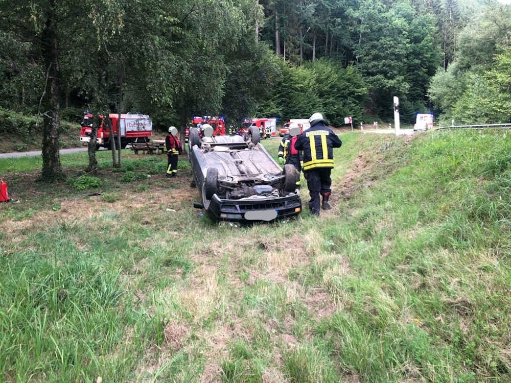 Das Fahrzeug überschlug sich (Foto: Polizei RLP)