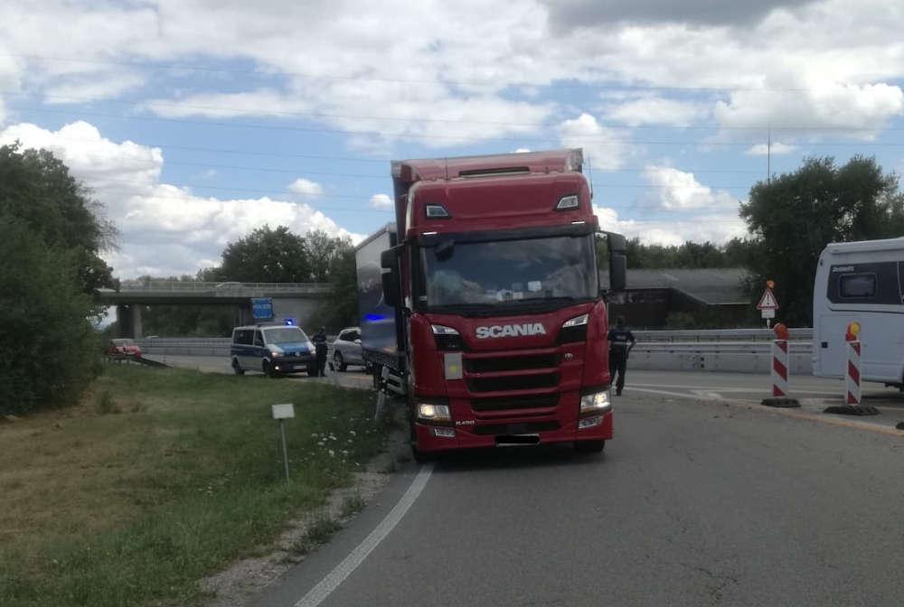 Der Sattelzug in der Autobahnausfahrt (Foto: Polizei RLP)