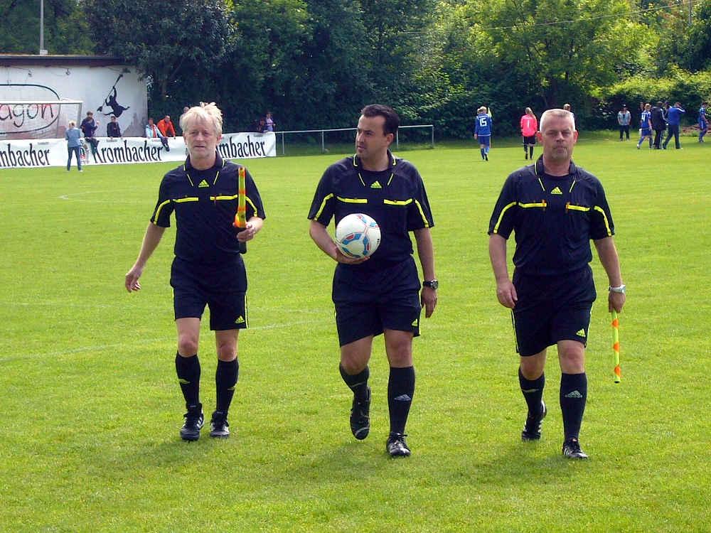 Fußball-Schiedsrichter in Mannheim-Neckarau (Foto: Hannes Blank)