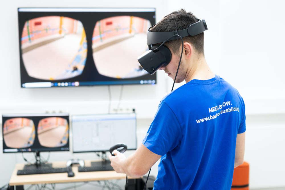 Albert Perquku, Chemikant im 2. Ausbildungsjahr, lernt im Virtual-Reality-Technikum der BASF-Ausbildung in Ludwigshafen, wie Anlagenteile im Ausbildungtechnikum miteinander zusammenhängen und trainiert mit VR-Brille und Joystick verfahrenstechnische Prozesse. (Foto: BASF SE)