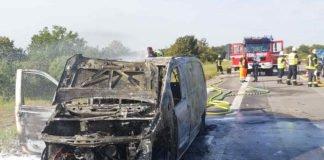 Der ausgebrannte Mercedes Vito (Foto: Feuerwehr Haßloch)