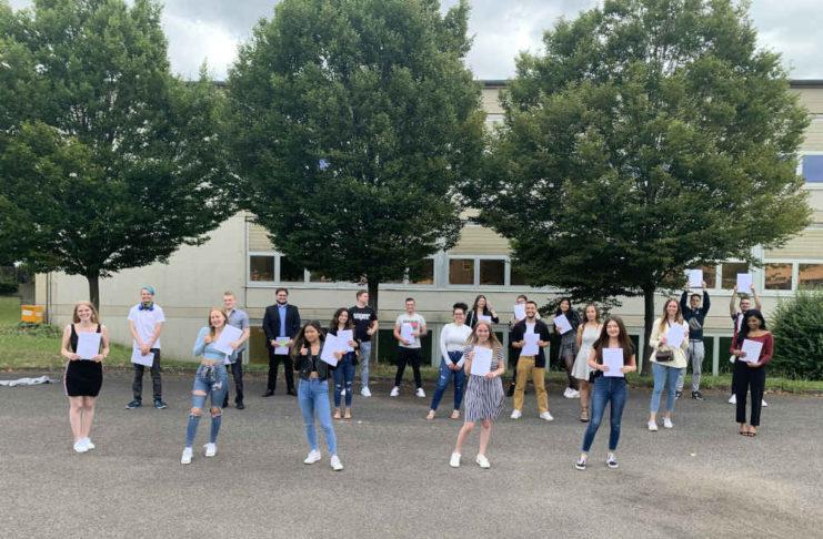 Die Klasse HBFOM18 (Höhere Berufsfachschule Organisation und Officemanagement) steht exemplarisch für alle erfolgreichen Schülerinnen und Schüler. (Foto: BBS Landau)