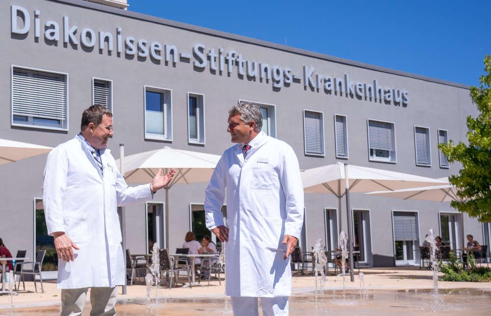 Dr. Dirk Jentschura (li) übergibt die Leitung der Allgemein- und Viszeralchirurgie an Prof. Dr. Christian Klink (re) (Foto: Gerald Schilling)