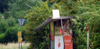 Die bei einem Verkehrsunfall beschädigte Bushaltestelle in der Gemarkung Lindenberg (Foto: Holger Knecht)