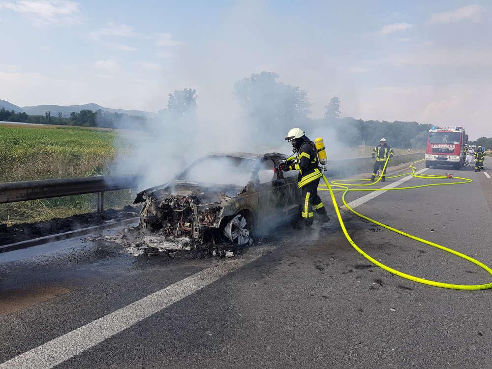 Der brennende PKW wurde abgelöscht (Foto: Feuerwehr Neustadt)