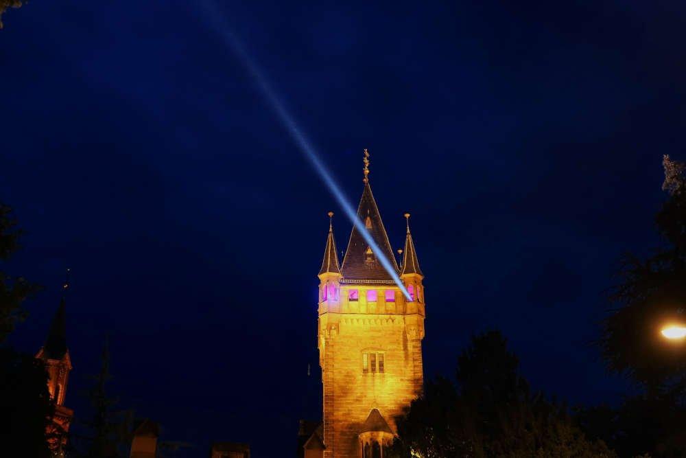 Beleuchteter Schlossturm (Foto: Stadtverwaltung Weinheim)