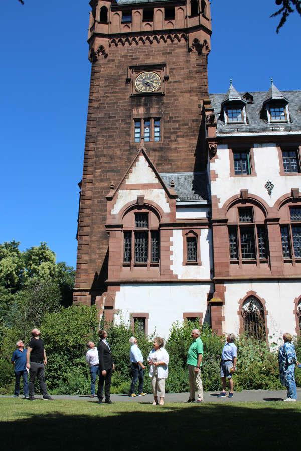 Die Künstergruppe mit OB, Kunstförderverein und Sponsoren vor dem Schlossturm (Foto: Stadtverwaltung Weinheim)