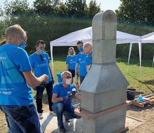 Landrat Stefan Dallinger (in der Hocke) half auch bei diesem Freiwilligentag wieder selbst tatkräftig mit. (Foto: Landratsamt Rhein-Neckar-Kreis)