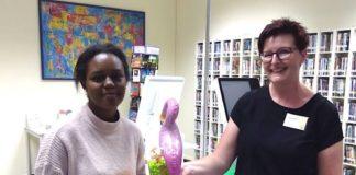 Als Dankeschön für ihren Fleiß bekam Xena Barry von Büchereimitarbeiterin Sonja Clemens ein kleines Geschenk. (Foto: Stadtbücherei Neustadt)