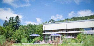Im Hallenbad Köpfel lässt sich bei schönem Wetter auch der großzügige Außenbereich mit Liegeterrasse im Grünen genießen. (Foto: Stadtwerke Heidelberg GmbH)