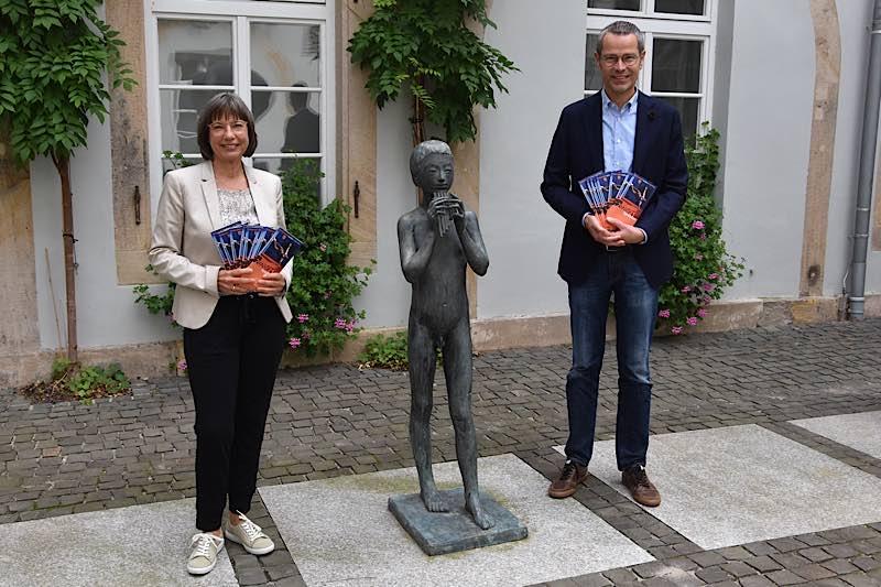 Freuen sich auf die neue, besondere Spielzeit: Kulturabteilungsleiterin Sabine Haas und Kulturdezernent Dr. Maximilian Ingenthron. (Quelle: Stadt Landau)