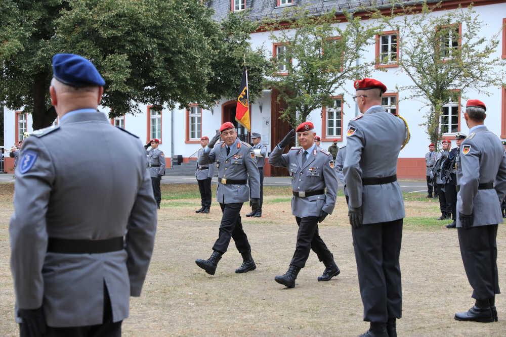Generalmajor Breuer und Oberst Mattes schreiten die Front ab. (Foto: Bundeswehr/Stephan Dinges)