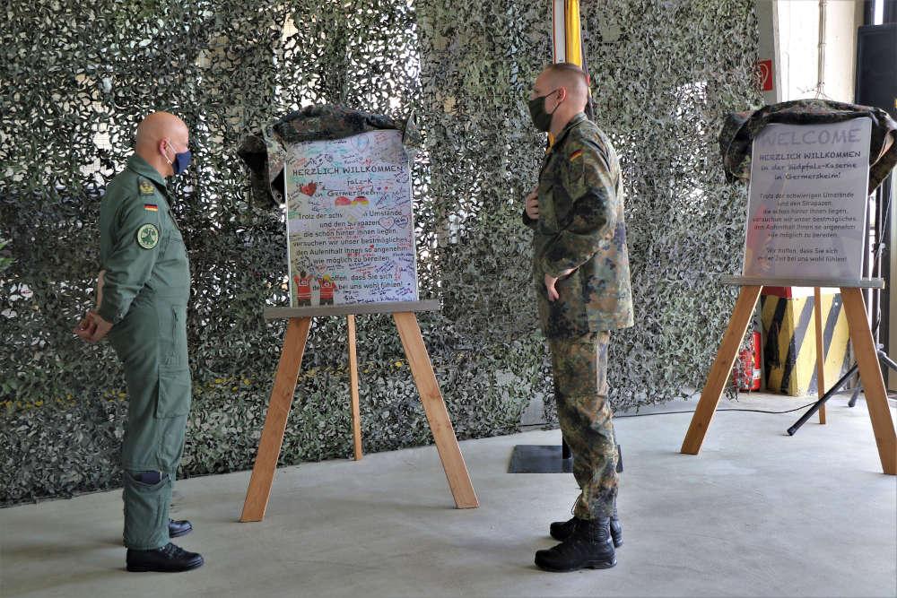 Kommandeur übergibt das erste Replika an den Inspekteur der Luftwaffe (Foto: Bundeswehr/Melissa Crapanzano)