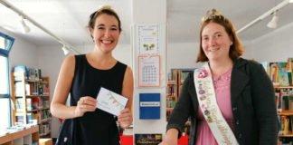 Anna-Maria Löffler und Lena Roth als Glücksfeen bei der Verlosungsaktion (Foto: Gemeindeverwaltung Haßloch)