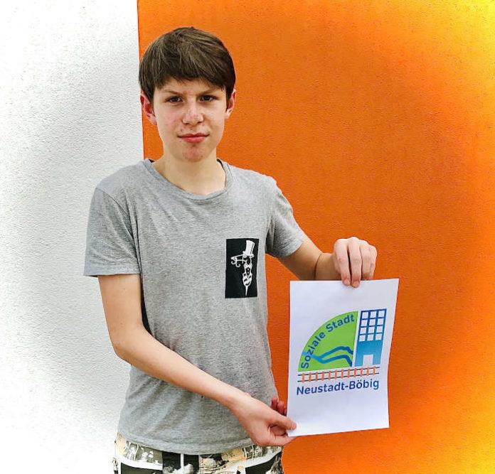 """Hannes Reif mit dem Logo für das Förderprogramm """"Soziale Stadt"""" im Stadtteil Böbig (Foto: Stadtverwaltung Neustadt)"""