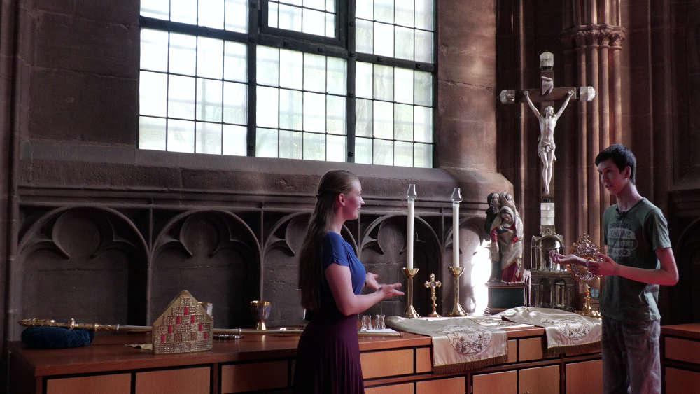 Ein Video gibt Einblick in die Sakristei. Aliki Hirsch vom Kinder- und Jugendtheater Speyer befragt Messdiener Marco Schutzius (Foto: Domkapitel Speyer)