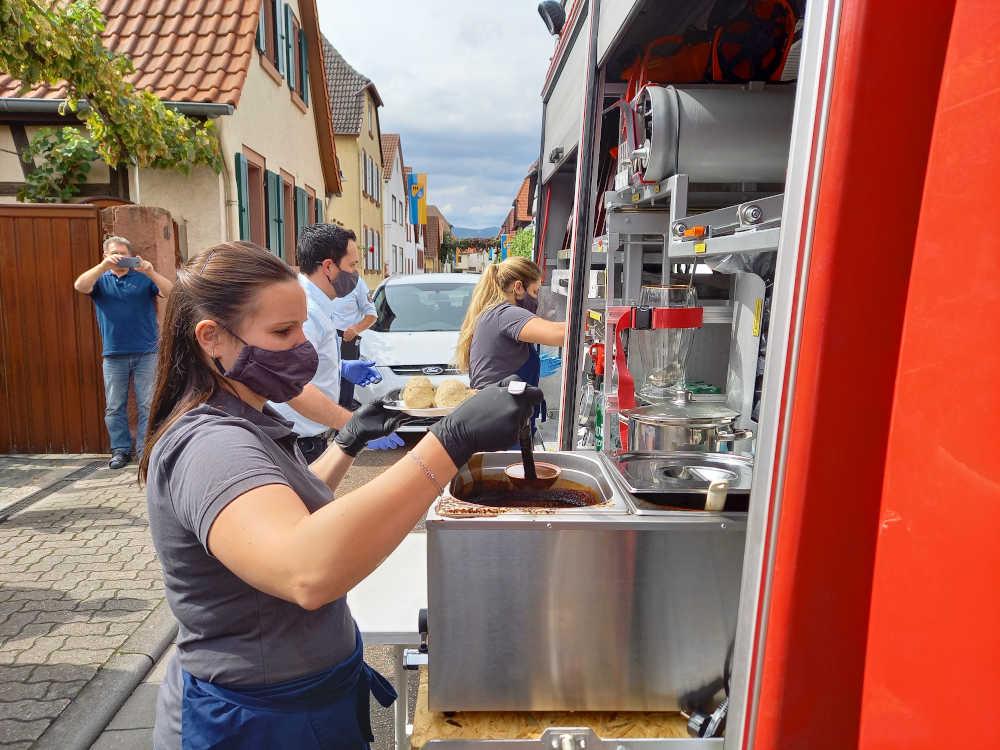 Essensausgabe (Foto: Feuerwehr Venningen)