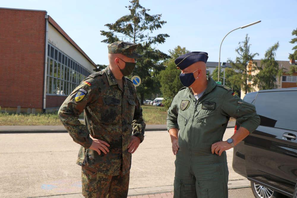 Begrüßungsgespräch zwischen Kommandeur und Inspekteur (Foto: Bundeswehr/Frank Wiedemann)