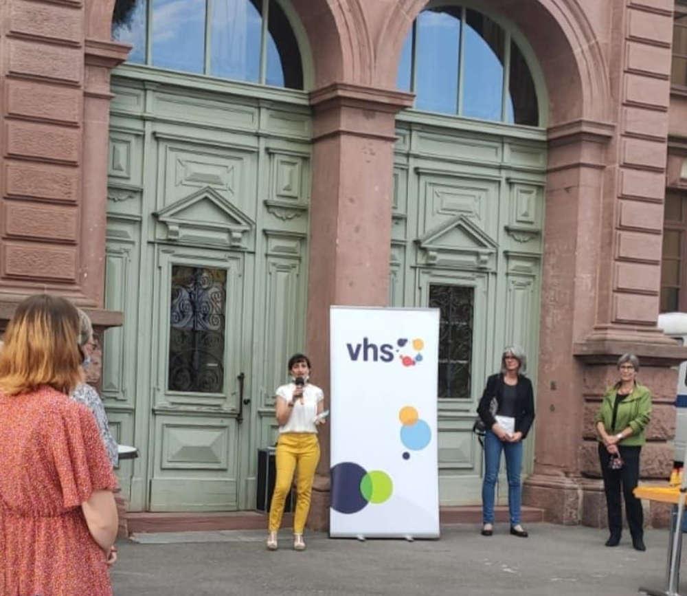 Die Gäste wurden am Eingang von VHS-Leiterin Ilirjana Haase begrüßt. (Foto: Stadtverwaltung Neustadt)